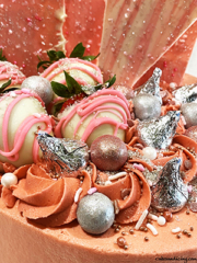 Amazing Rose Gold And Silver Cake #rosegoldbuttercream #rosegoldandsilvercake #silverchocolates #rosegoldchocolates #hersheykisses #whitechocolatecoveredstrawberries 02