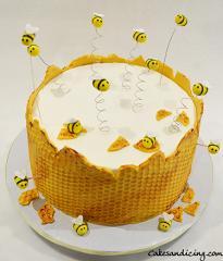 Honeycomb And Bee Theme Cake Buzzzzzzzzzzzzzzz #honeybeecake #honeycomb #honeycombcake #beethemecake #honey #fondantbees #firstbirthday 02